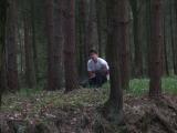 Kozel ceka pri hre v lese na sve obeti