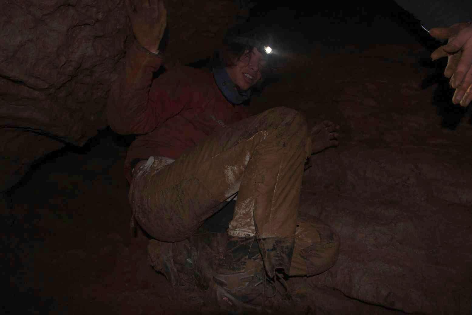 Správnou výbavou jeskyňáře jsou samozřejmě bílé kalhoty