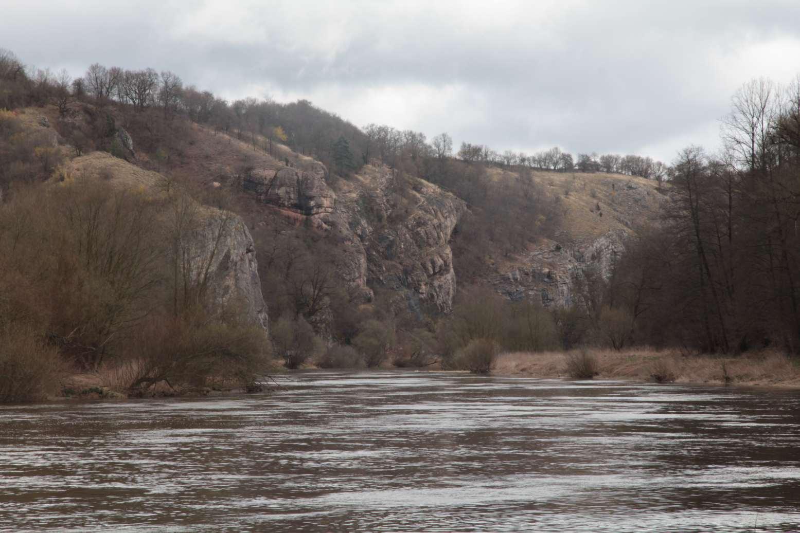 Tam k těm skalám za rozvodněnou řekou se také chceme dostat