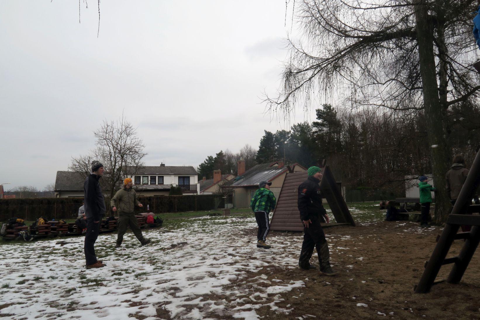 Sněhová bitka se rozjíždí, ale bohužel začíná pršet, takže konec focení