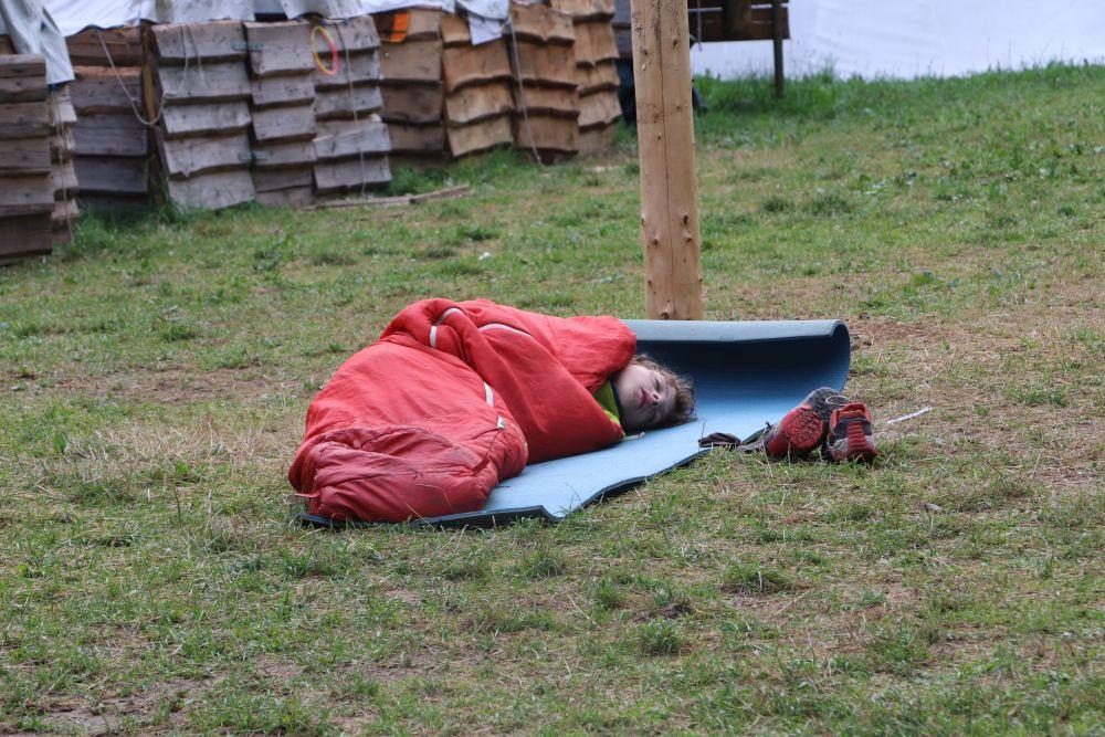 Vašek pohrdl pohodlíčkem vlatního stanu a lehl si uprostřed tábora