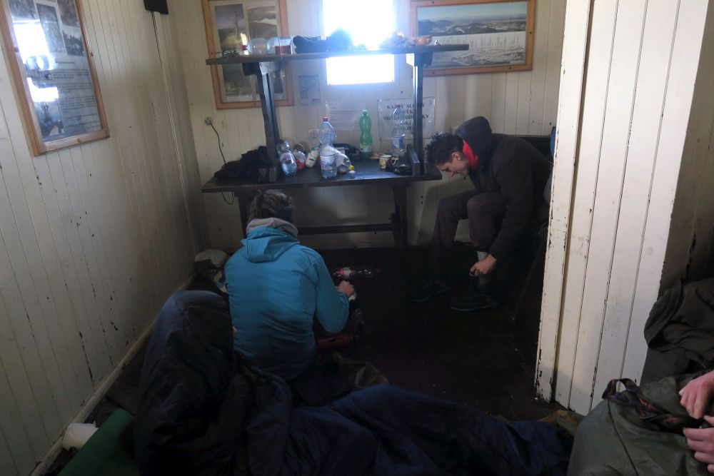 Spani v chatce pod rozhlednou bylo fajne (venku -7 ale i tak tam dva kluci spali)